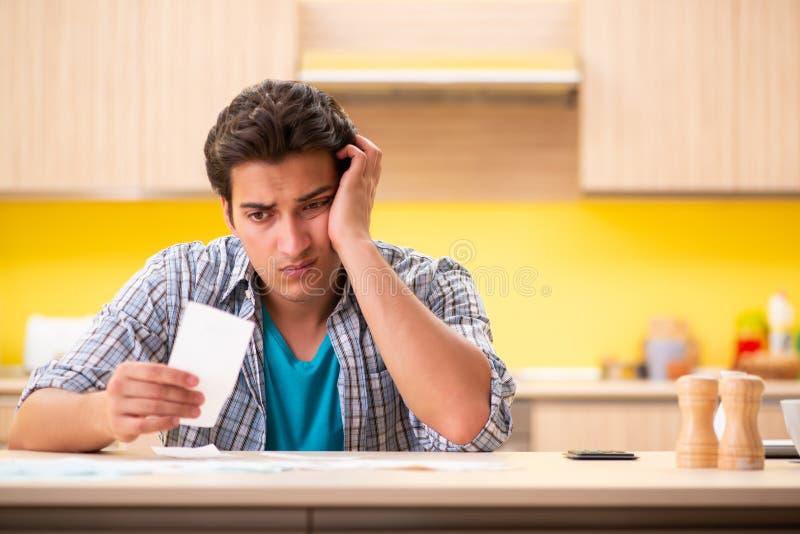 Maken för ung man i budget- planläggningsbegrepp arkivfoto