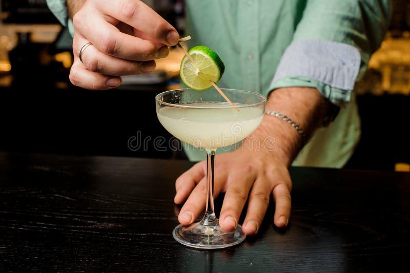 Makend de cocktail met dicht omhoog kalk royalty-vrije stock afbeeldingen