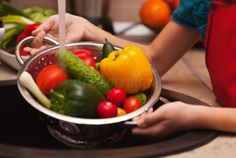 Makend een gezonde salade, die ingrediënten wassen - diverse groenten royalty-vrije stock afbeelding