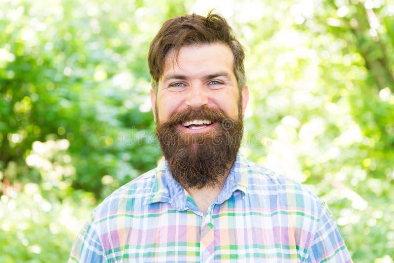 Makend geluk mogelijk Gelukkige hipster met het glimlachen gezicht op de zomerlandschap Gebaarde mens met lange baard en groot royalty-vrije stock afbeelding