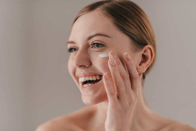 Makend perfect haar huid kijken stock afbeeldingen
