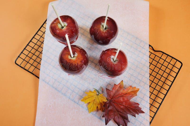 Makend rode toffeeappelen voor Halloween-truc of behandel voedselsuikergoed stock afbeeldingen