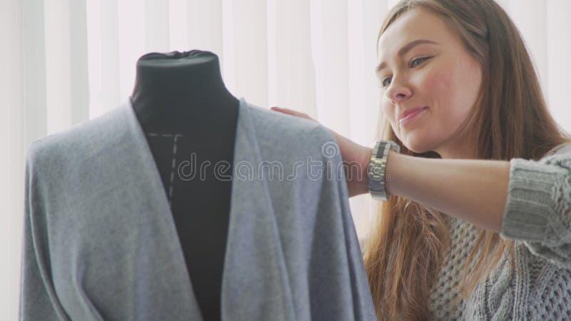Makende ledenpop en een naaister vrouwelijke ontwerper in studio royalty-vrije stock afbeelding