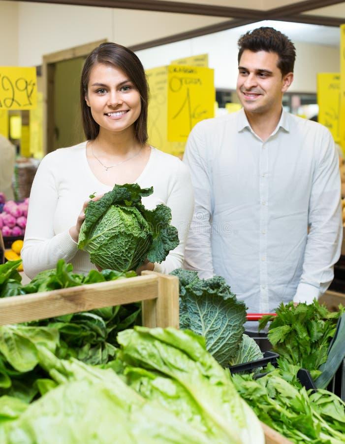 Maker som väljer veggies i lager arkivfoton