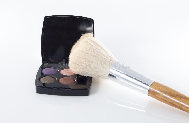 Makeupögonskugga med borsten arkivbilder