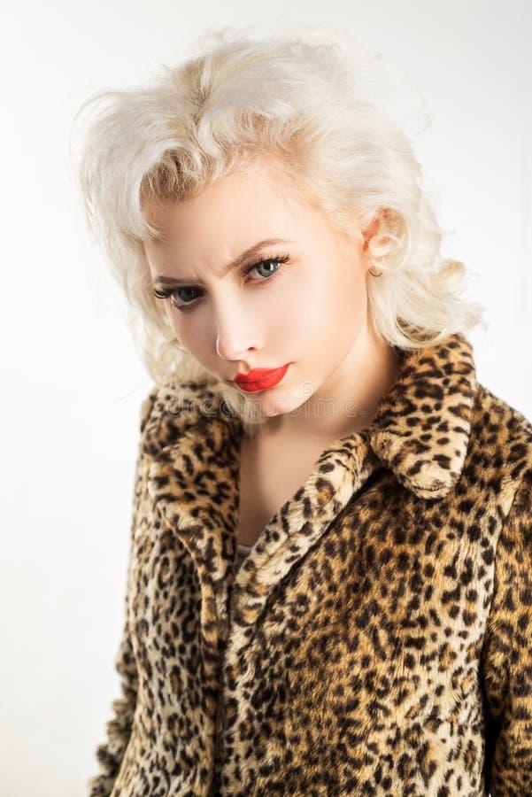 Makeup är konst Sinnlig kvinna med skönhetmakeup Förtjusande flicka med sexig makeupblick Makeupmodell med blont hår royaltyfri bild