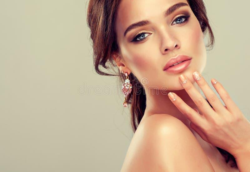 Makeup για τα μάτια και τα χείλια, eyeliner και το κραγιόν κοραλλιών στοκ εικόνες