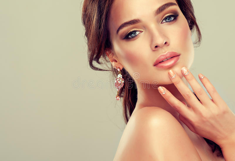 Makeup για τα μάτια και τα χείλια, eyeliner και το κραγιόν κοραλλιών