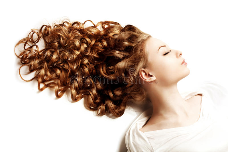 Makeup και hairstyle, μπούκλες Νέα όμορφη γυναίκα με το luxuriou στοκ φωτογραφίες με δικαίωμα ελεύθερης χρήσης