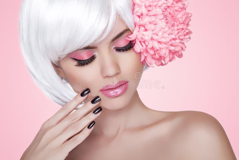 Makeup. Καρφιά Manicured. Πρότυπο πορτρέτο κοριτσιών ομορφιάς μόδας με στοκ εικόνα με δικαίωμα ελεύθερης χρήσης