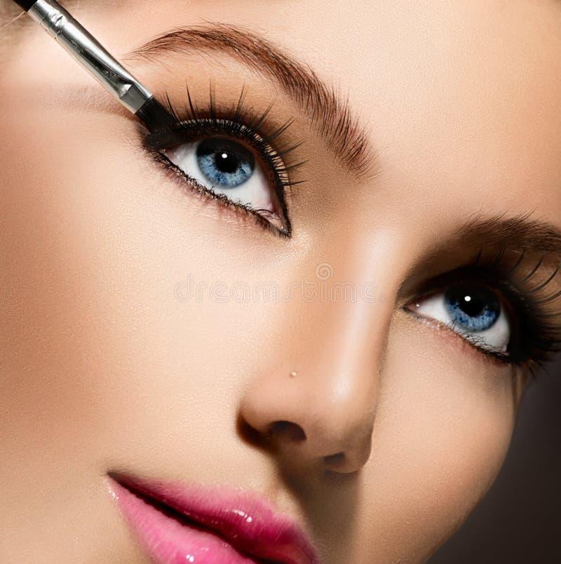 Makeup που εφαρμόζει την κινηματογράφηση σε πρώτο πλάνο. Eyeliner στοκ εικόνα με δικαίωμα ελεύθερης χρήσης