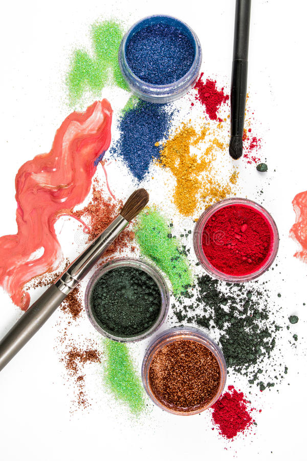 makeup Σύνολο σύνθεσης brunhilda Ζωηρόχρωμος ακτινοβολήστε lipgloss, ρουζ, σκιές ματιών, σε ένα άσπρο υπόβαθρο στοκ φωτογραφία με δικαίωμα ελεύθερης χρήσης