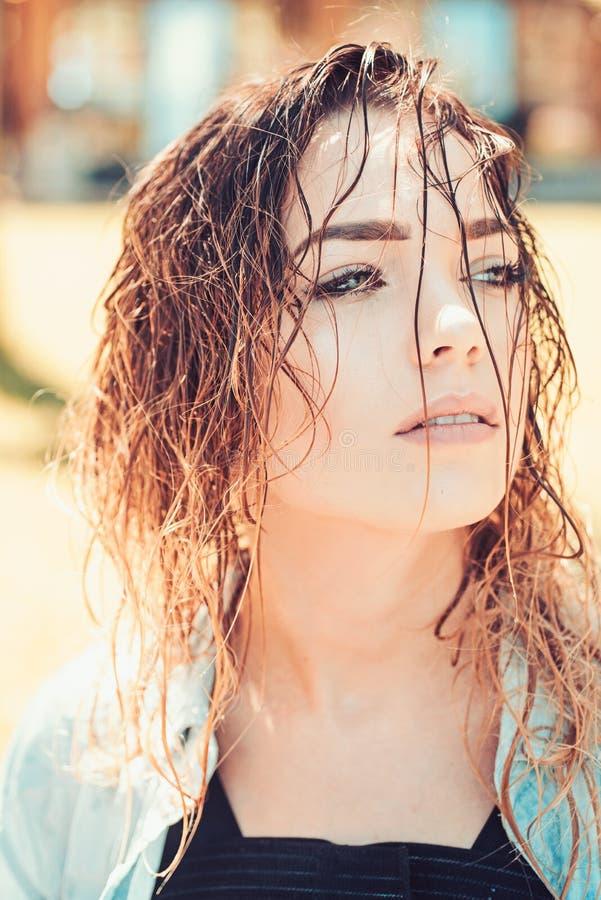 Φθορά της τρίχας στο ύφος της Το πρότυπο Makeup με την ομορφιά κοιτάζει Τρίχα ή σαλόνι ομορφιάς Η τρίχα είναι η ομορφιά της Όμορφ στοκ εικόνες με δικαίωμα ελεύθερης χρήσης