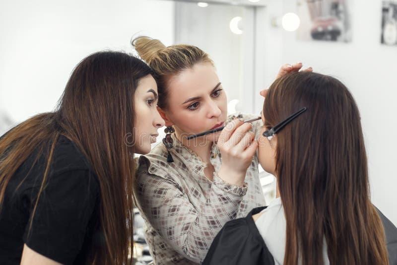Makeup artysta pracuje w studiu zdjęcie stock