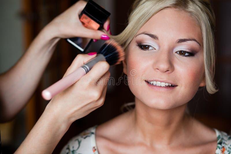 Makeup artysta robi młodej pięknej pannie młodej bridal makeup fotografia royalty free