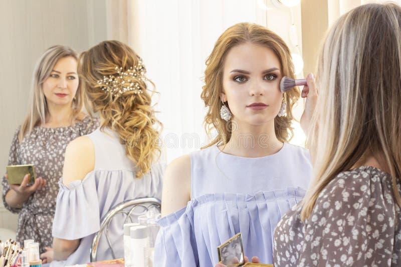 Makeup artysta stawia makeup na dziewczyna modelu Muśnięcie stosuje cienie, concealer piękny dziewczyna model, portret Naga posta obrazy stock