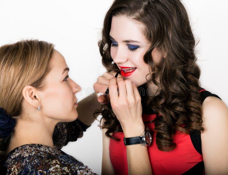 Makeup artysta stosuje pomadkę pięknego twarzy mody makeup piękna kobieta Perfect Makeup Lipgloss muśnięcie obrazy royalty free