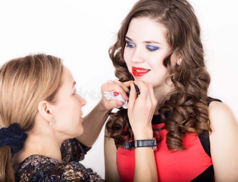 Makeup artysta stosuje pomadkę pięknego twarzy mody makeup piękna kobieta Perfect Makeup Lipgloss muśnięcie obraz stock