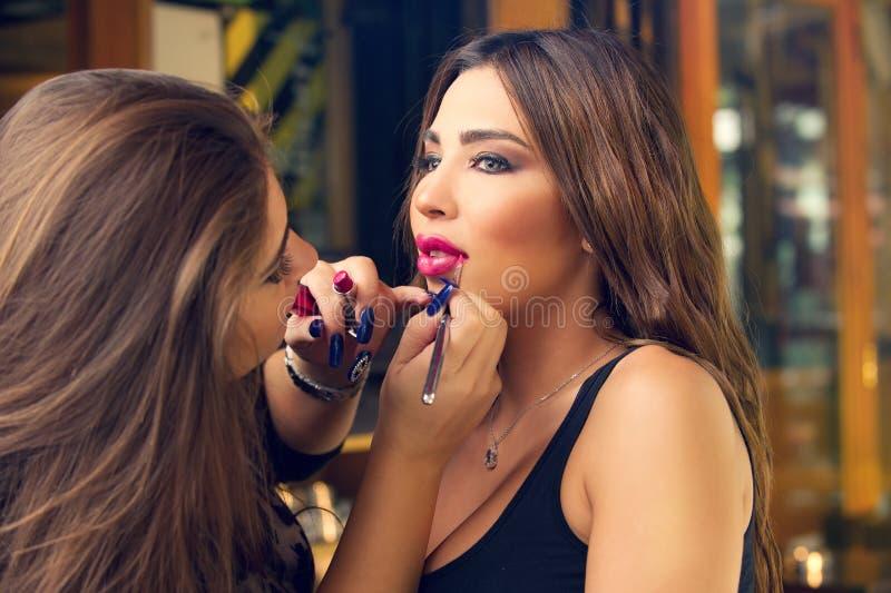 Makeup artysty stosować uzupełniał na pięknym modelu obrazy stock