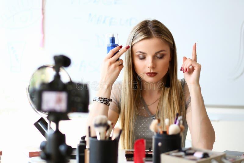 Makeup Blogger wideo przegląd dla interneta kanału obraz stock