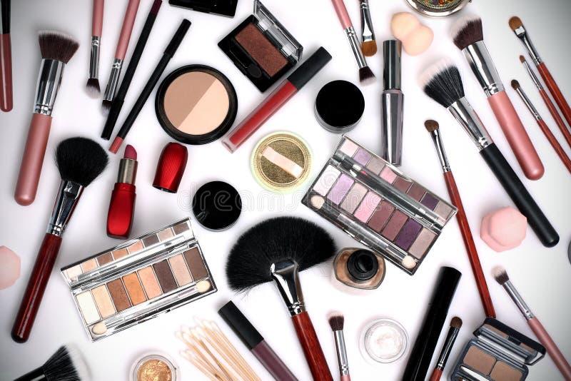 Makeup borstar och sk?nhetsmedel p? en vitbakgrund royaltyfri fotografi