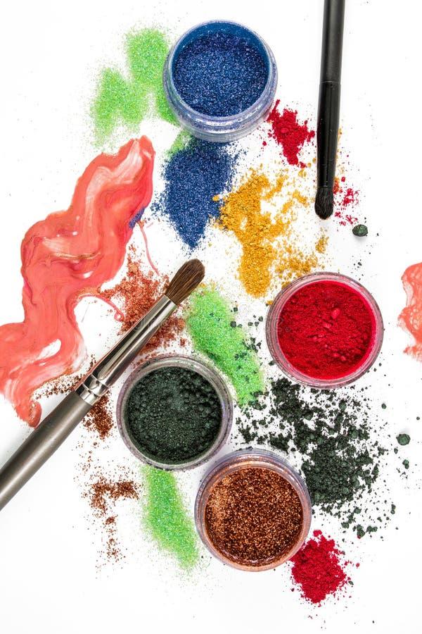 makeup De Reeks van de samenstelling borstel Kleurrijk schitter lipgloss, rouge, oogschaduw, op een witte achtergrond royalty-vrije stock fotografie