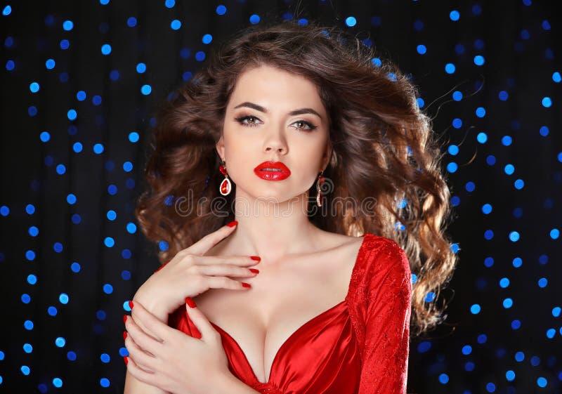 makeup Den härliga flickamodellen med lång brunt krullade hår, röd li arkivbild
