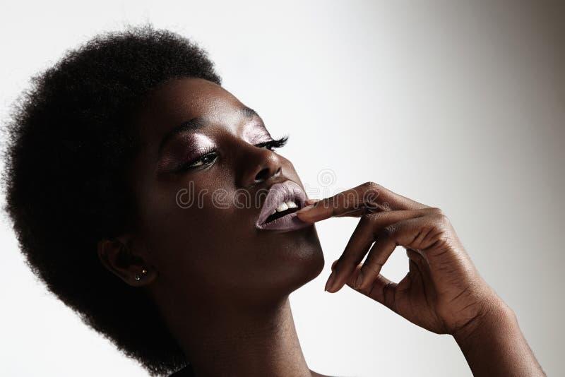 Makeup för afton för skönhetsvart kvinna bärande och afro hår royaltyfri fotografi