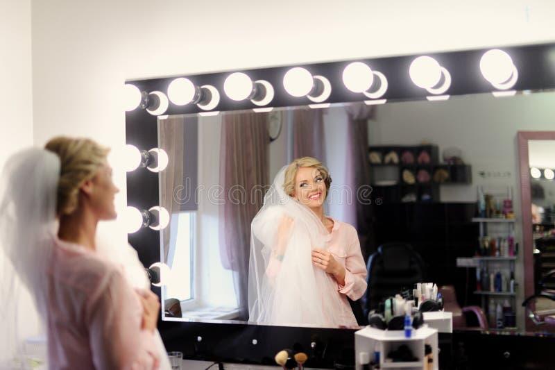 Makeup för brud på bröllopdagen fotografering för bildbyråer