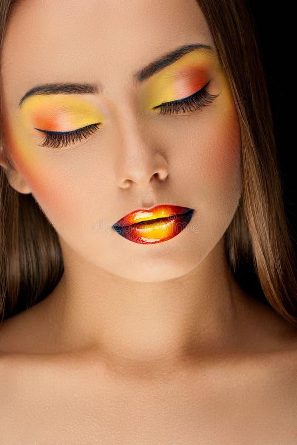 makeup för flicka för modemodell färgrik med glansiga kanter arkivfoton