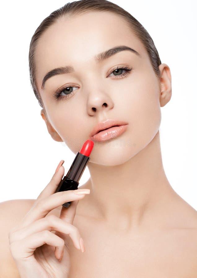 Makeup för rör för läppstift för härlig modellflicka hållande royaltyfri foto