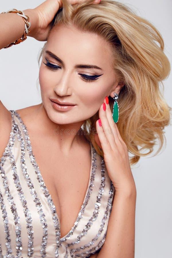 Makeup för smycken för parti för härlig sexig blond kvinnaklänning luxary fotografering för bildbyråer