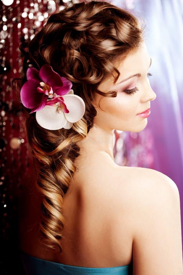 Makeup frisyr Ung härlig kvinna med lyxigt hår Mo arkivbilder