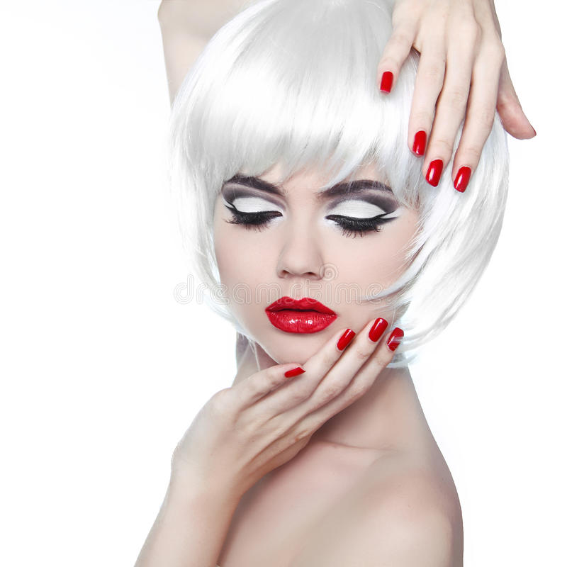 Makeup i fryzura. Czerwone wargi i Robiący manikiur gwoździe. Moda kawaler obraz royalty free