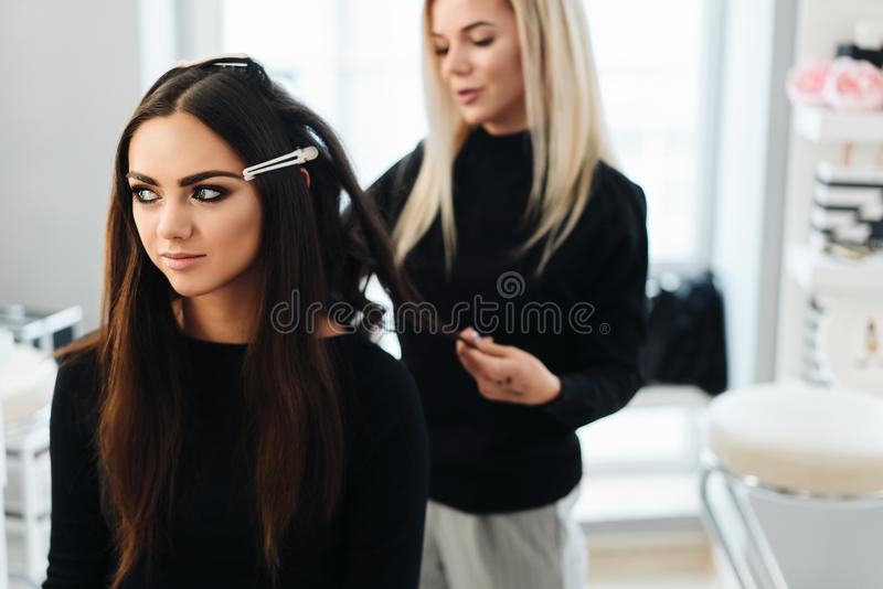 Makeup i fryzura dla pięknego modela obraz royalty free