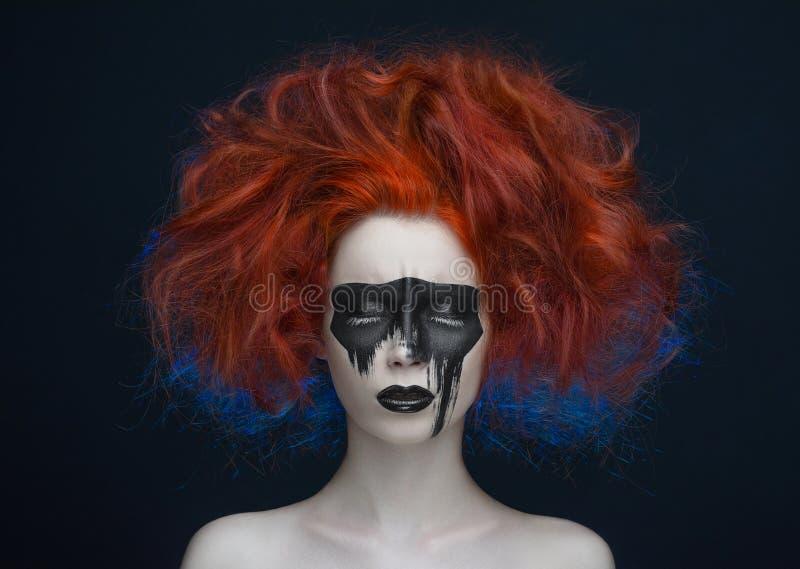 Makeup maskowa czerwona włosiana dziewczyna fotografia stock