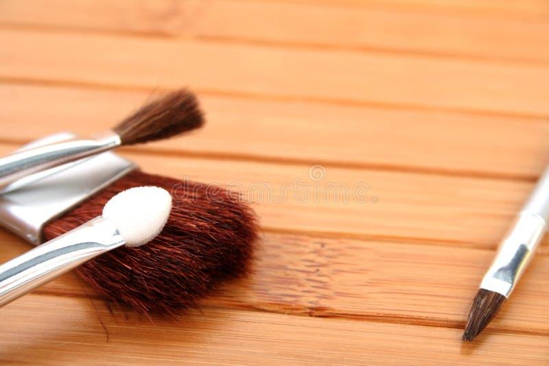 Makeup muśnięcia na drewnie zdjęcia stock