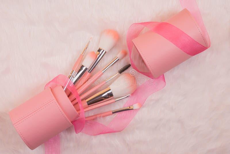 Makeup muśnięcie ustawiający na białym futerkowym tle zdjęcie stock