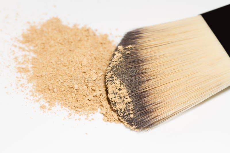 Makeup muśnięcie z prochową podstawą odizolowywającą na białym tle obrazy stock