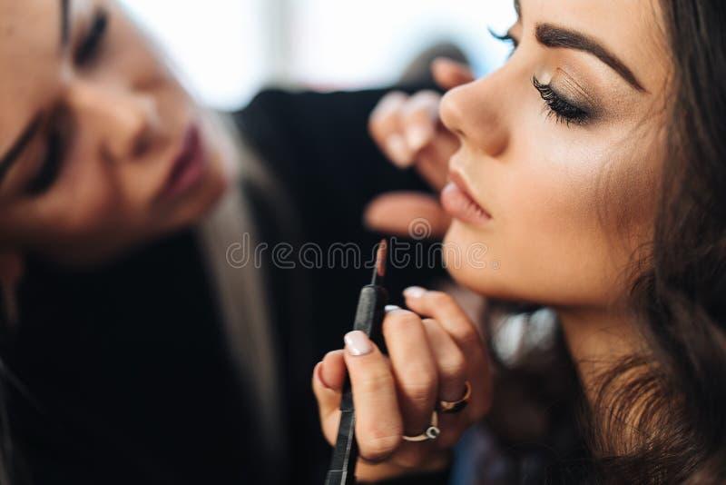 Makeup och frisyr för en härlig modell royaltyfri fotografi