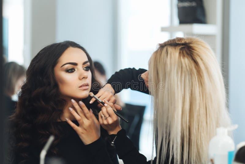 Makeup och frisyr för en härlig modell arkivfoto