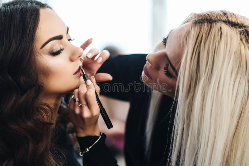 Makeup och frisyr för en härlig modell royaltyfria bilder