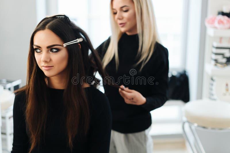Makeup och frisyr för en härlig modell royaltyfri bild