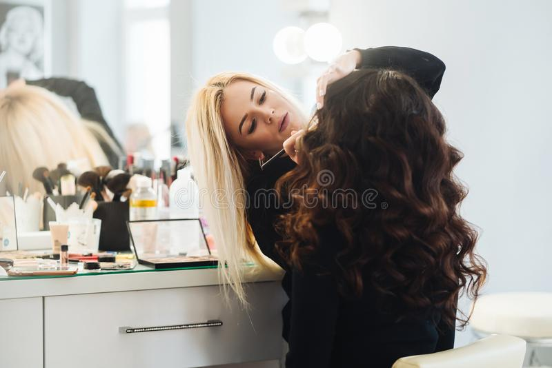 Makeup och frisyr för en härlig modell fotografering för bildbyråer