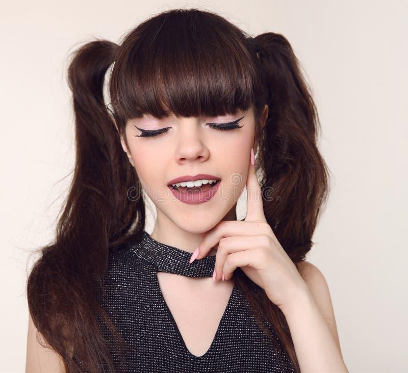 Makeup och frisyr för skönhet tonårig Tonårs- flicka sm för lycklig brunett arkivfoton