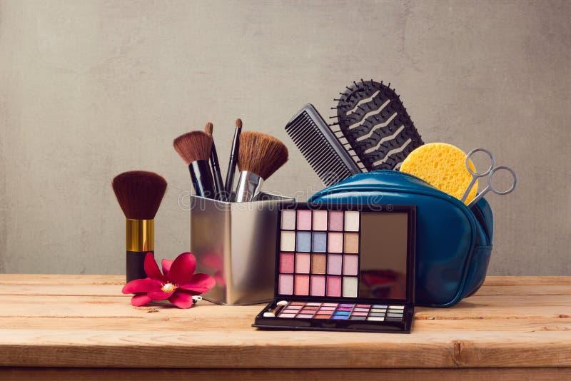 Makeup och skönhetsprodukter på trätabellen royaltyfri bild
