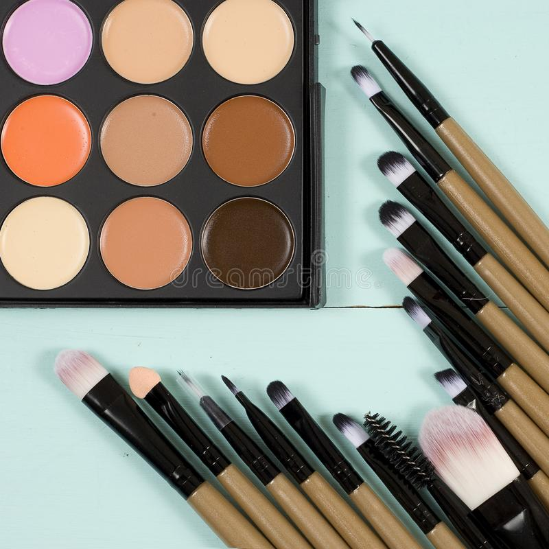 Makeup paleta z makeup muśnięcia makeup tłem zdjęcia stock