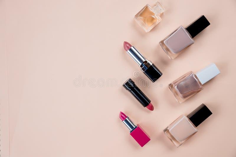 Makeup produktów koloru tła kosmetycznego mieszkania nieatutowy odgórny widok Kobiety piękna moda dekoracyjna Wiele kosmetyki pro fotografia royalty free