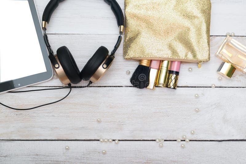 Makeup produkty z kosmetyczną torbą Złocisty kolor obraz stock