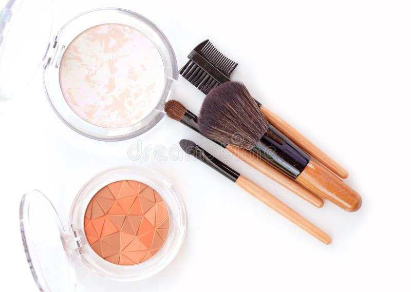 Makeup proszek w białej skrzynce na białym tle Twarz uzupełniał produkt i uzupełniał muśnięcie zdjęcie royalty free